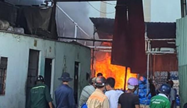 Cơ sở phế liệu trong khu dân cư bốc cháy dữ dội - 1
