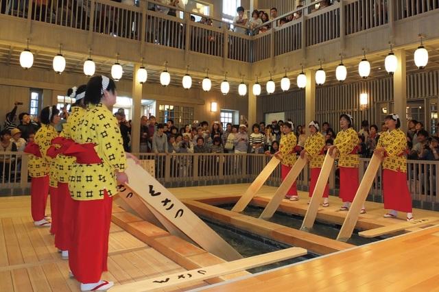 Nghệ thuật múa làm nguội nước tắm onsen ở Kusatsu - 3