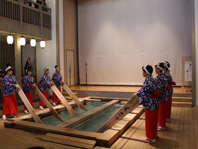 Nghệ thuật múa làm nguội nước tắm onsen ở Kusatsu - 4