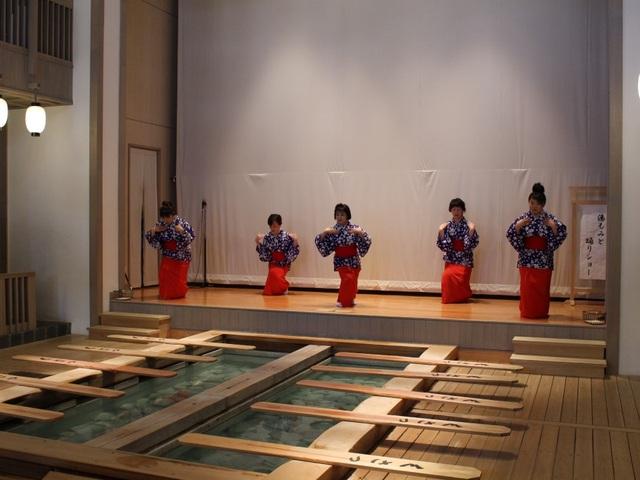 Nghệ thuật múa làm nguội nước tắm onsen ở Kusatsu - 5
