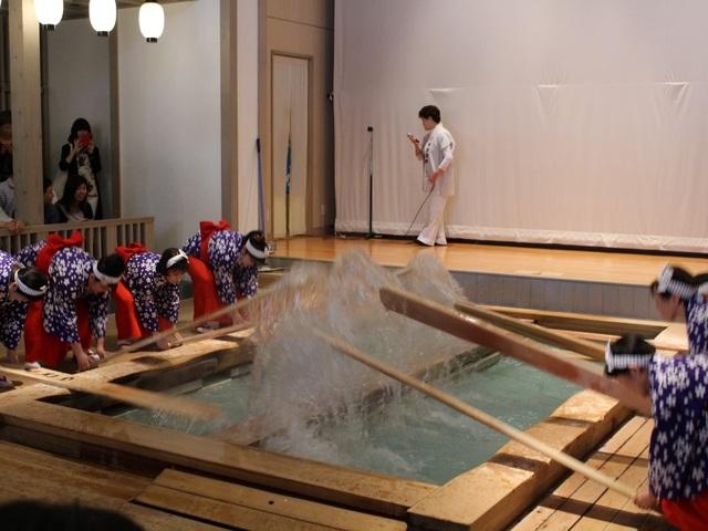 Nghệ thuật múa làm nguội nước tắm onsen ở Kusatsu - 6