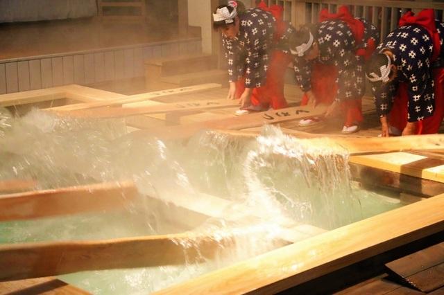 Nghệ thuật múa làm nguội nước tắm onsen ở Kusatsu - 7