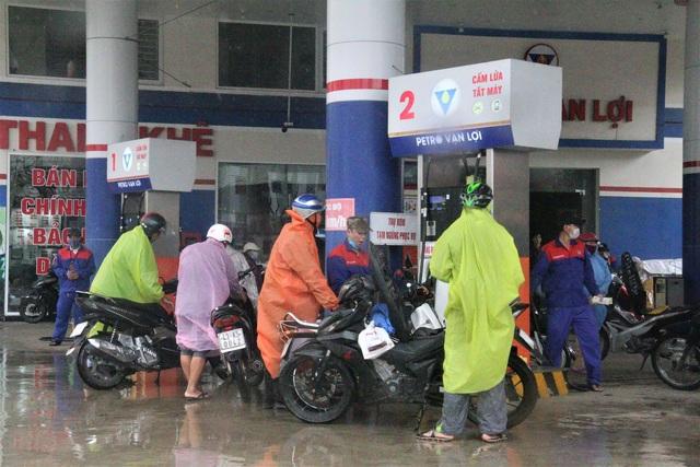 """Sợ mất điện do """"siêu bão"""", người dân Đà Nẵng đổ xô mua xăng dầu dự trữ - 5"""