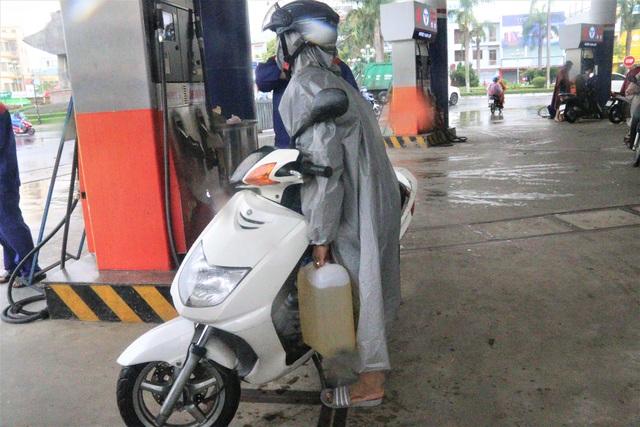 """Sợ mất điện do """"siêu bão"""", người dân Đà Nẵng đổ xô mua xăng dầu dự trữ - 2"""