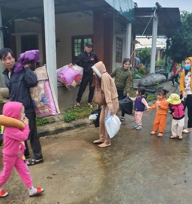 Người dân trên đảo Cồn Cỏ xuống hầm tránh trú bão - 8