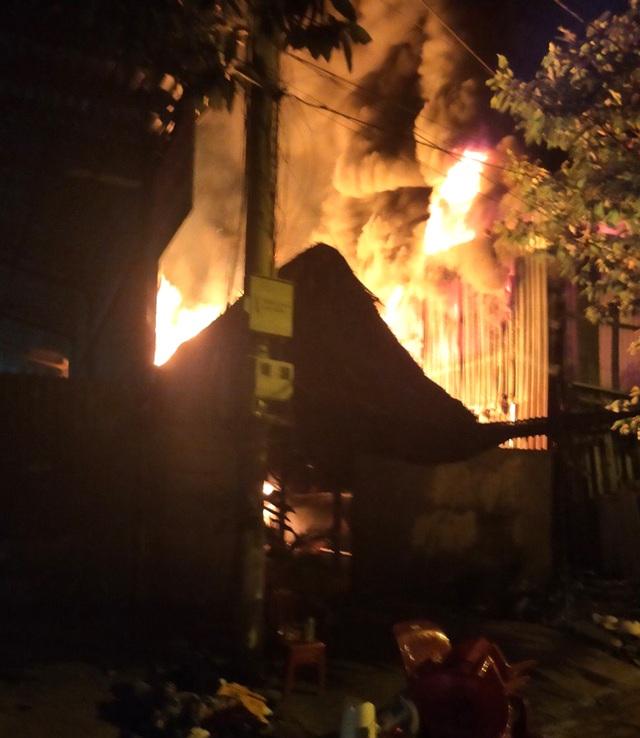 Cơ sở phế liệu trong khu dân cư bốc cháy dữ dội - 4