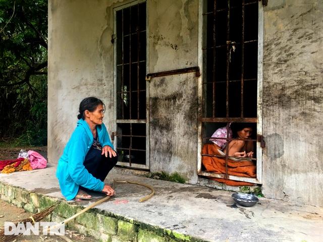 Bạn đọc Dân trí giúp đỡ người mẹ nuôi 2 con tâm thần hơn 100 triệu đồng - 1