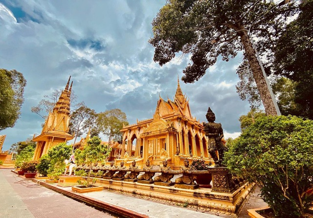 "The ""gilded"" pagoda has the largest outdoor reclining Buddha statue in Vietnam - 4"