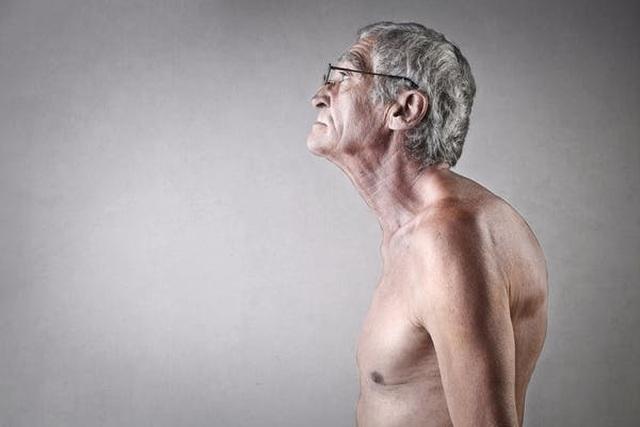 Vì sao người già lại thấp đi? - 1