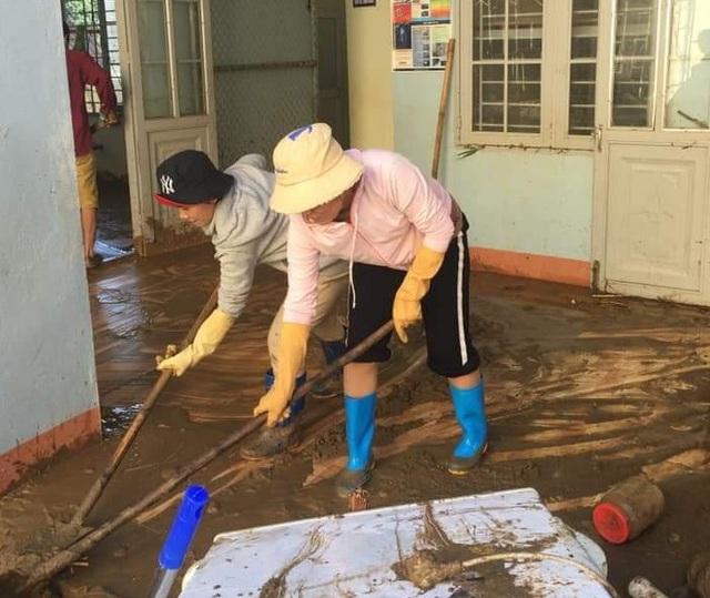 Thầy cô vùng sạt lở Trà Leng dọn núi bùn và chuẩn bị đón… bão số 13 - 1