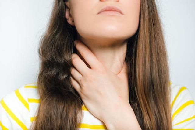 Cảm thấy sưng, vướng ở cổ họng có phải là dấu hiệu ung thư? - 1