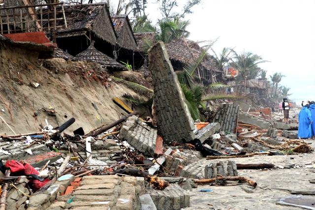 Bão số 13 tàn phá nhiều tuyến đê, kè biển miền Trung - 14