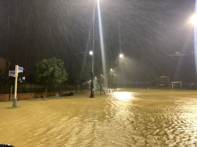 Đà Nẵng: Lần đầu có cảnh nước sông Hàn dâng cao, tràn lên đường - 5