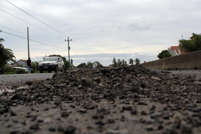 """""""Phí bảo trì đường bộ đóng không thiếu một xu mà đường toàn """"ổ voi""""!"""" - 7"""