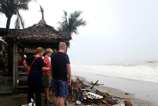 Bão số 13 tàn phá nhiều tuyến đê, kè biển miền Trung - 24