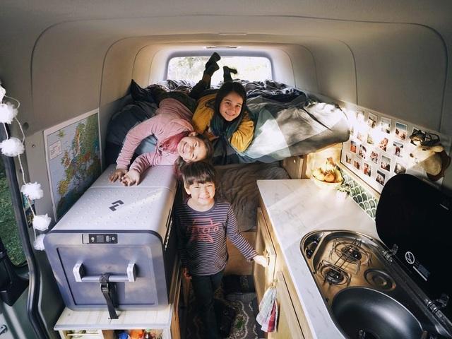 """Gia đình """"du mục"""" vừa nuôi 3 con vừa đi du lịch vòng quanh thế giới - 13"""