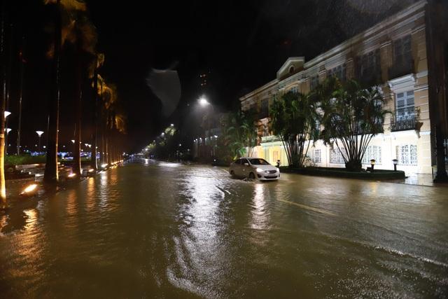 Đà Nẵng: Lần đầu có cảnh nước sông Hàn dâng cao, tràn lên đường - 1