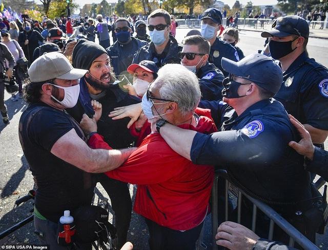 """""""Biển"""" người ủng hộ ông Trump tuần hành dậy sóng thủ đô Washington - 10"""