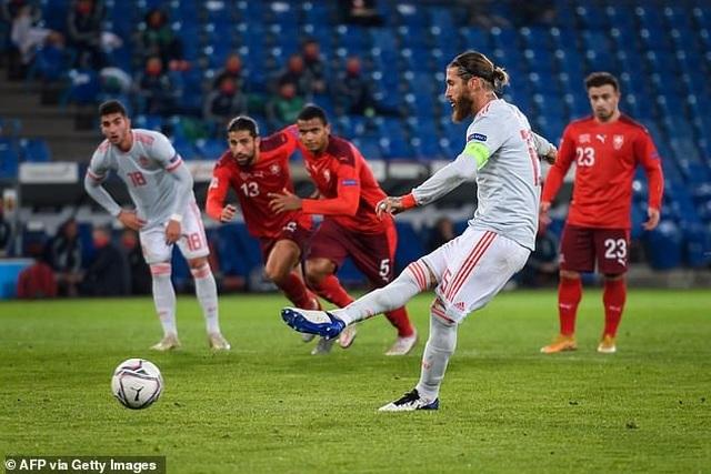 Ramos hai lần đá hỏng phạt đền, Tây Ban Nha hòa thất vọng Thụy Sỹ - 3