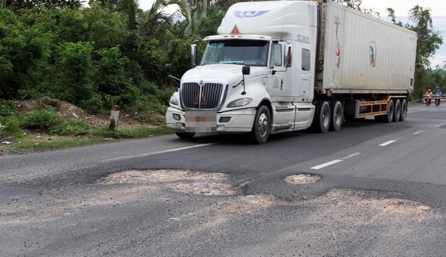 """""""Phí bảo trì đường bộ đóng không thiếu một xu mà đường toàn """"ổ voi""""!"""" - 3"""