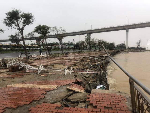 Đà Nẵng: Lần đầu có cảnh nước sông Hàn dâng cao, tràn lên đường - 10