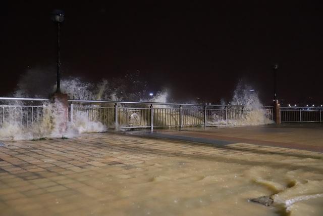 Đà Nẵng: Lần đầu có cảnh nước sông Hàn dâng cao, tràn lên đường - 8