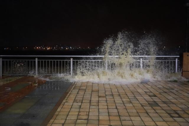 Đà Nẵng: Lần đầu có cảnh nước sông Hàn dâng cao, tràn lên đường - 7