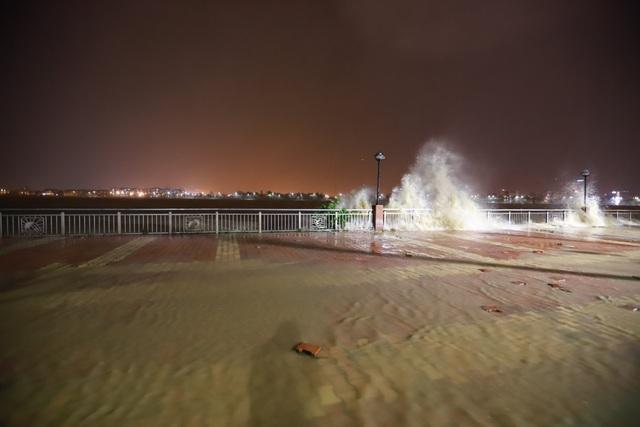 Đà Nẵng: Lần đầu có cảnh nước sông Hàn dâng cao, tràn lên đường - 6