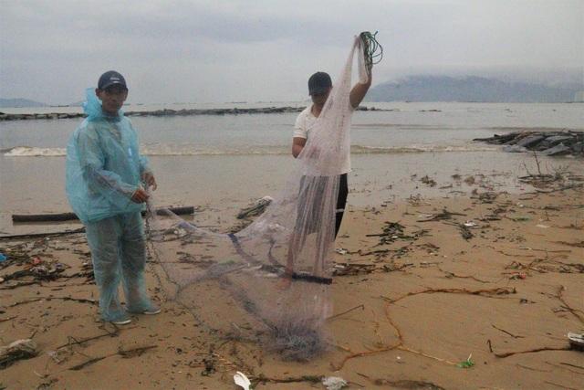 Bão tan, người dân hào hứng ra biển bắt cá... nước ngọt - 2