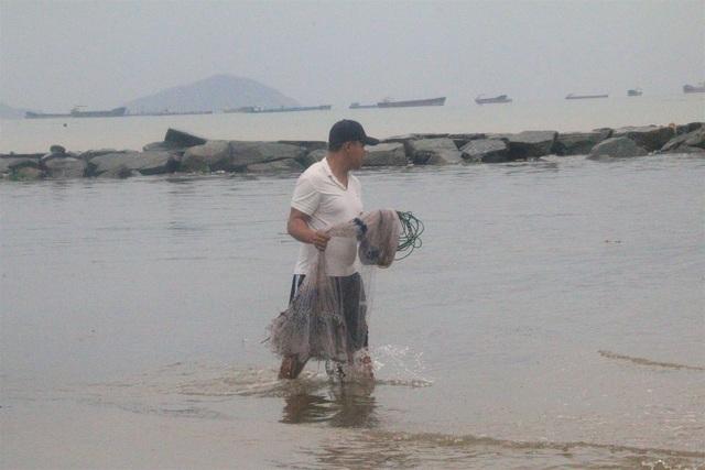 Bão tan, người dân hào hứng ra biển bắt cá... nước ngọt - 3