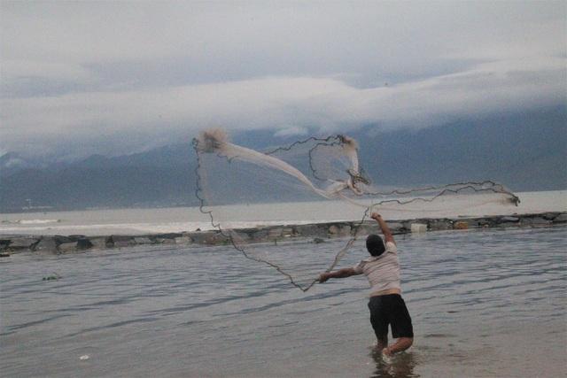 Bão tan, người dân hào hứng ra biển bắt cá... nước ngọt - 1