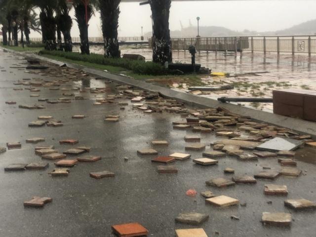 Đà Nẵng: Lần đầu có cảnh nước sông Hàn dâng cao, tràn lên đường - 12