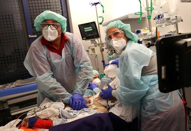 Gần 600.000 ca mắc mới mỗi ngày, hơn 1,3 triệu người đã chết vì Covid-19 - 1