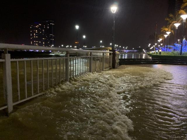 Đà Nẵng: Lần đầu có cảnh nước sông Hàn dâng cao, tràn lên đường - 4