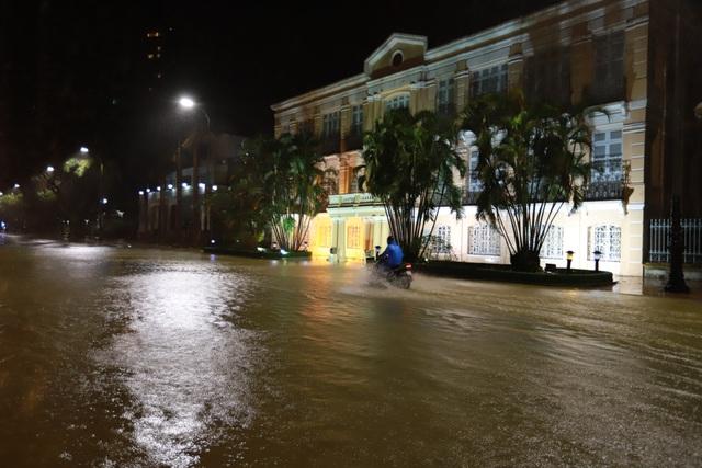 Đà Nẵng: Lần đầu có cảnh nước sông Hàn dâng cao, tràn lên đường - 2