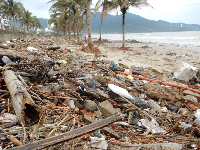 Bão số 13 tàn phá nhiều tuyến đê, kè biển miền Trung - 13