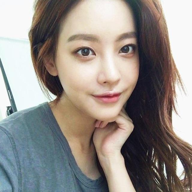 """Hé lộ danh tính bạn gái """"tin đồn"""" nóng bỏng của Hyun Bin - 17"""