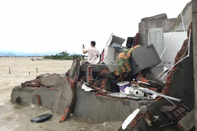 Tàu chìm, nhà sập, trường học tốc mái, cây xanh ngã đổ trong bão số 13 - 4