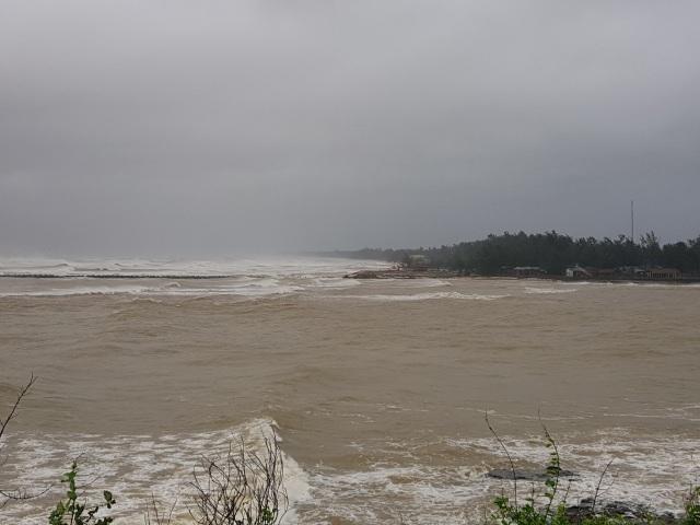 Bão số 13 chạy dọc biển miền Trung, từ Huế về Hà Tĩnh - 24