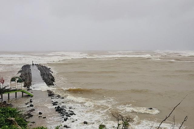 Bão số 13 chạy dọc biển miền Trung, từ Huế về Hà Tĩnh - 23