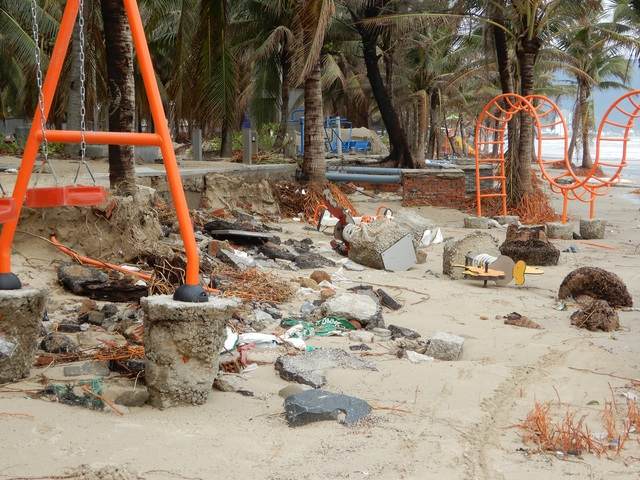 Bão số 13 tàn phá nhiều tuyến đê, kè biển miền Trung - 8