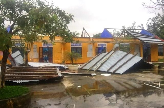 Tàu chìm, nhà sập, trường học tốc mái, cây xanh ngã đổ trong bão số 13 - 7