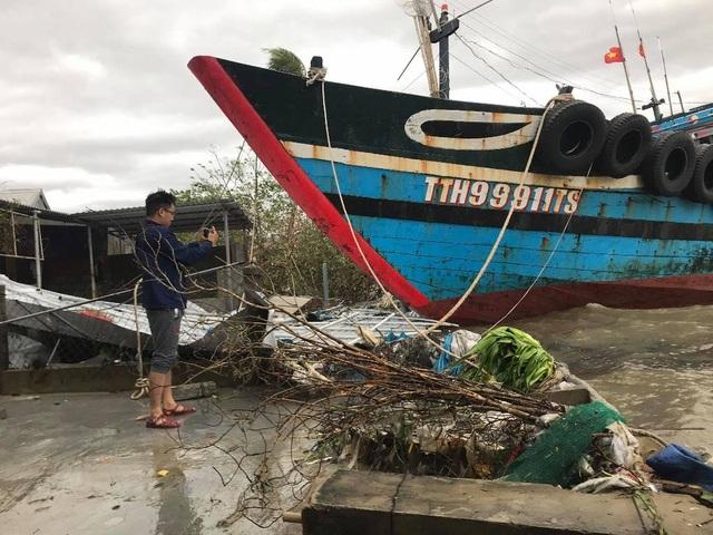 Tàu chìm, nhà sập, trường học tốc mái, cây xanh ngã đổ trong bão số 13 - 3