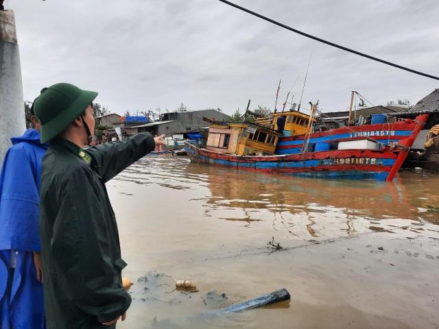 Tàu chìm, nhà sập, trường học tốc mái, cây xanh ngã đổ trong bão số 13 - 5