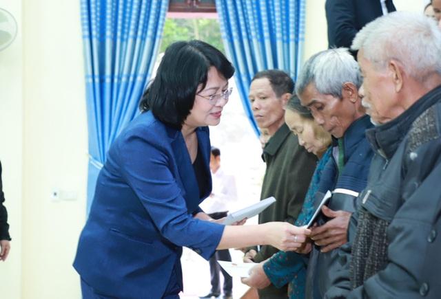 Phó Chủ tịch nước trao 2,4 tỉ đồng khắc phục hậu quả lũ lụt - 3
