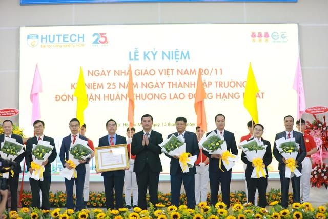 Trường ĐH Công nghệ TPHCM đón nhận Huân chương Lao động hạng Nhất - 1