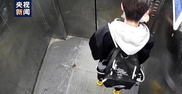 Bị kẹt trong thang máy, nam sinh 13 tuổi vẫn bình tĩnh... làm bài về nhà  - 1