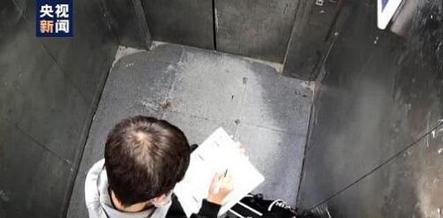 Bị kẹt trong thang máy, nam sinh 13 tuổi vẫn bình tĩnh... làm bài về nhà  - 2