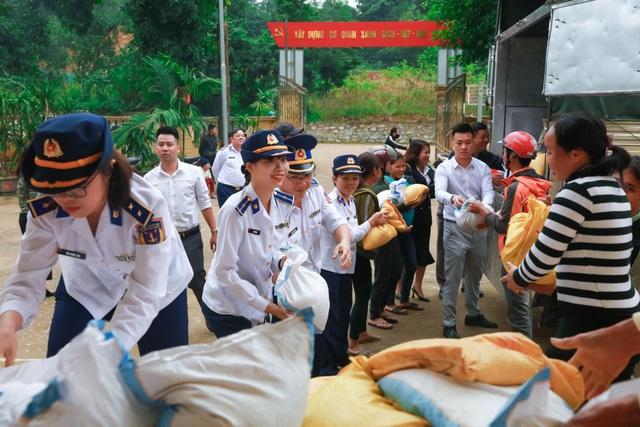 Bộ Tư lệnh Cảnh sát biển cùng nhiều đơn vị tặng quà đồng bào vùng lũ - 2