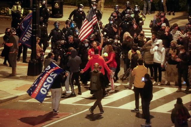 Người biểu tình ủng hộ ông Trump bị tấn công bằng pháo hoa - 2
